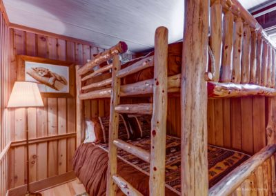 Upstairs bedroom (Queen bunk)