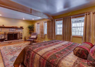 Downstairs bedroom (Queen bed)
