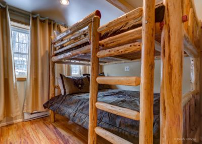 Downstairs bedroom (Queen bunk bed)